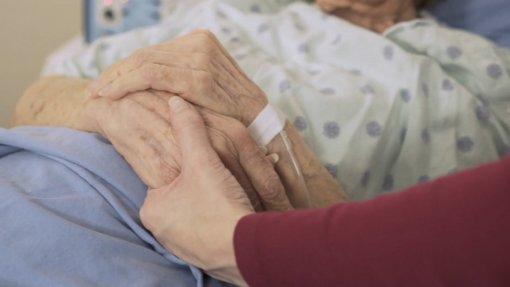 Nova Lei de Bases da Saúde aprovada. Estatuto do cuidador informal cai