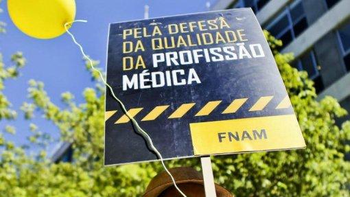 """Médicos foram """"duplamente discriminados"""" pelo Ministério, acusa a FNAM"""