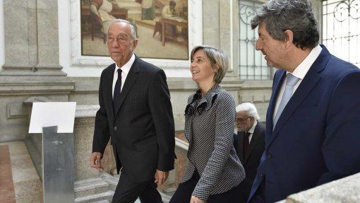 Marcelo e ministra da Saúde receberam cravos brancos de enfermeiros no Porto
