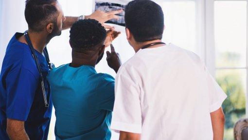 Hospitais do Oeste com 18 vagas para médicos especialistas