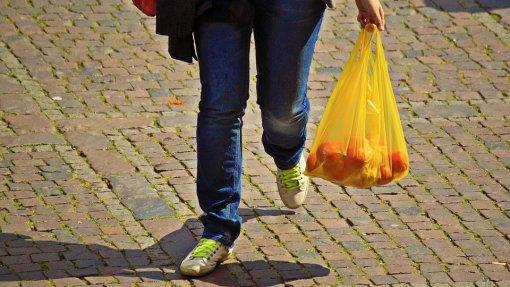 Parlamento aprova fim de sacos de plástico para fruta e louça de plástico descartável