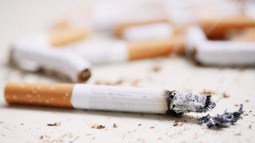 """Padre do Hospital de Gaia pede a fumadores que levem as""""beatas"""" porque já tem muitas"""