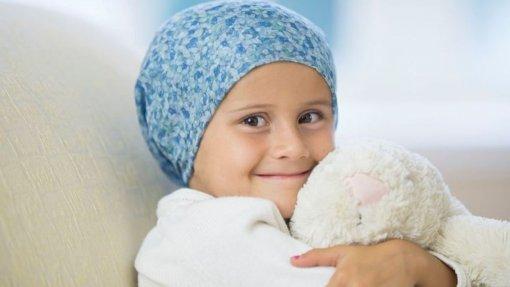 """Famílias de crianças com cancro criticam investimento """"incipiente"""" na oncologia pediátrica"""