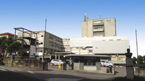 """Profissionais do hospital de Gaia usam crachás com nome próprio para """"eliminar barreiras"""""""
