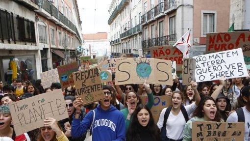 Milhares de jovens protestam nas ruas de Lisboa em defesa do planeta