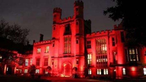 Edifícios de cinco cidades iluminados de vermelho num alerta para a infeção VIH/sida