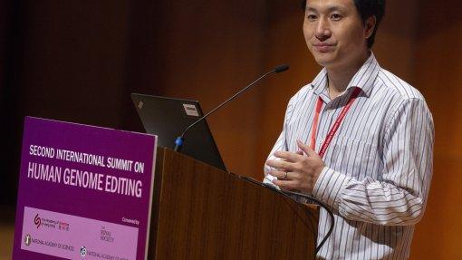 Cientista chinês que modificou bebés geneticamente condenado a três anos de prisão