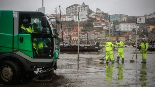 Forte chuva entupiu sarjetas e impediu acesso às urgências do Hospital de Gaia