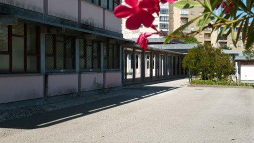 Covid-19: Seis turmas, professores e funcionários de quarentena em duas escolas da Amadora