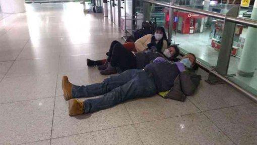 Covid-19: Brasileiros mantêm-se à porta do aeroporto de Lisboa até serem repatriados