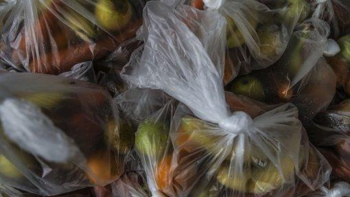 """Covid-19: Pedidos de ajuda alimentar sobem e mostram """"necessidades envergonhadas"""""""