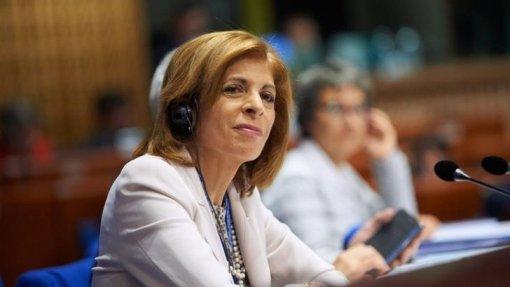 """Covid-19: Comissária europeia da Saúde aponta """"desleixo"""" das populações no aumento de casos"""