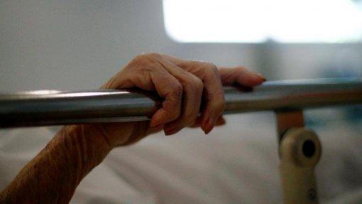 Covid-19: Idade é o maior fator de peso na mortalidade - estudo