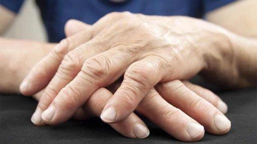 Covid-19: Dores e sintomas depressivos agravaram-se nos doentes com artrite reumatóide