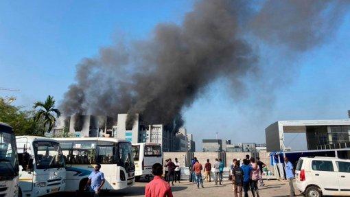 Covid-19: Incêndio no maior fabricante mundial de vacinas na Índia