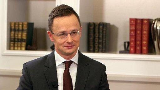 """Covid-19: Hungria não vê vacinas como assunto """"ideológico ou geopolítico"""" – ministro"""
